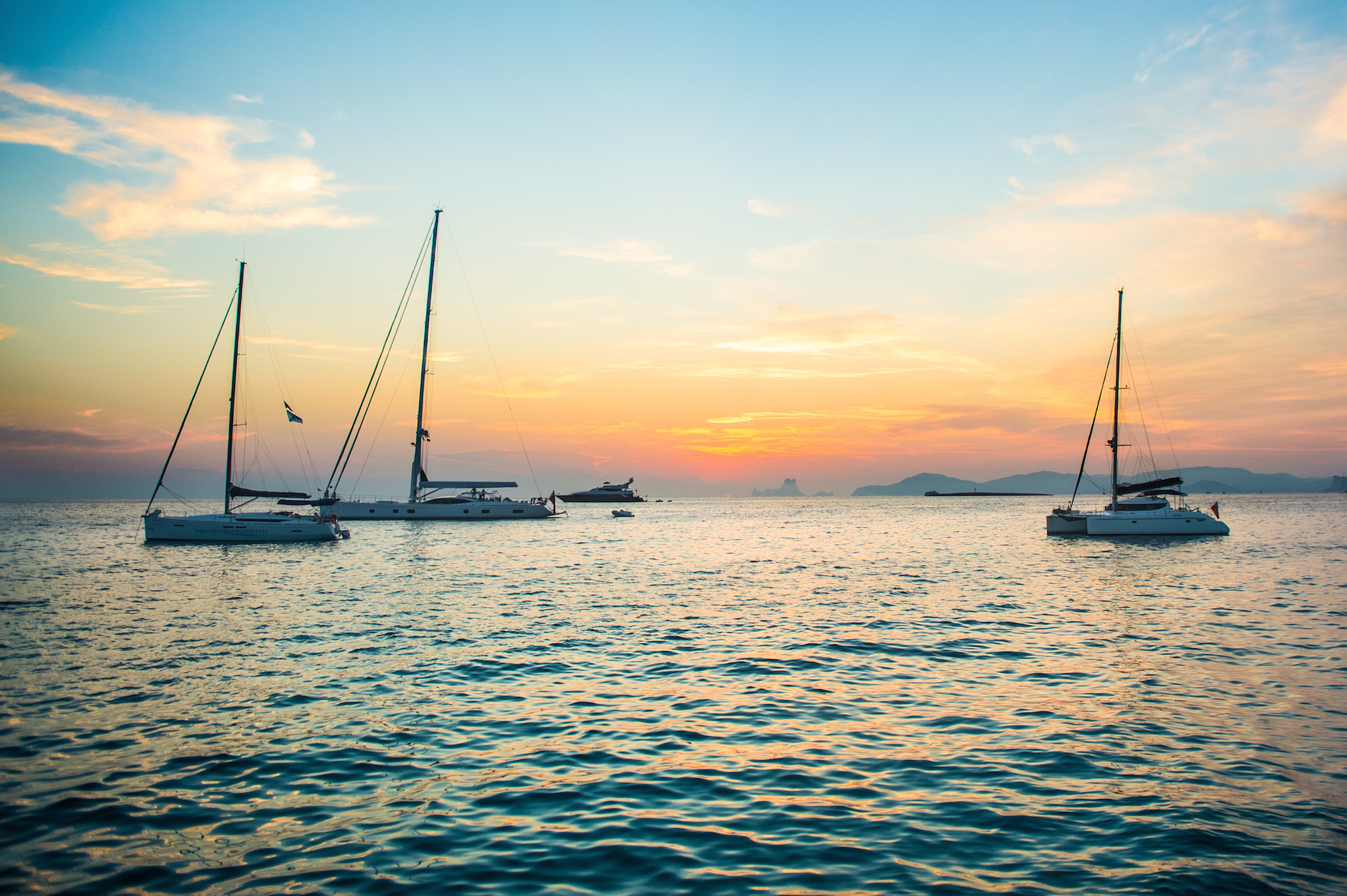 Новый взгляд на Ибицу: вокруг острова на яхте с Sails Up! Party Yacht Week