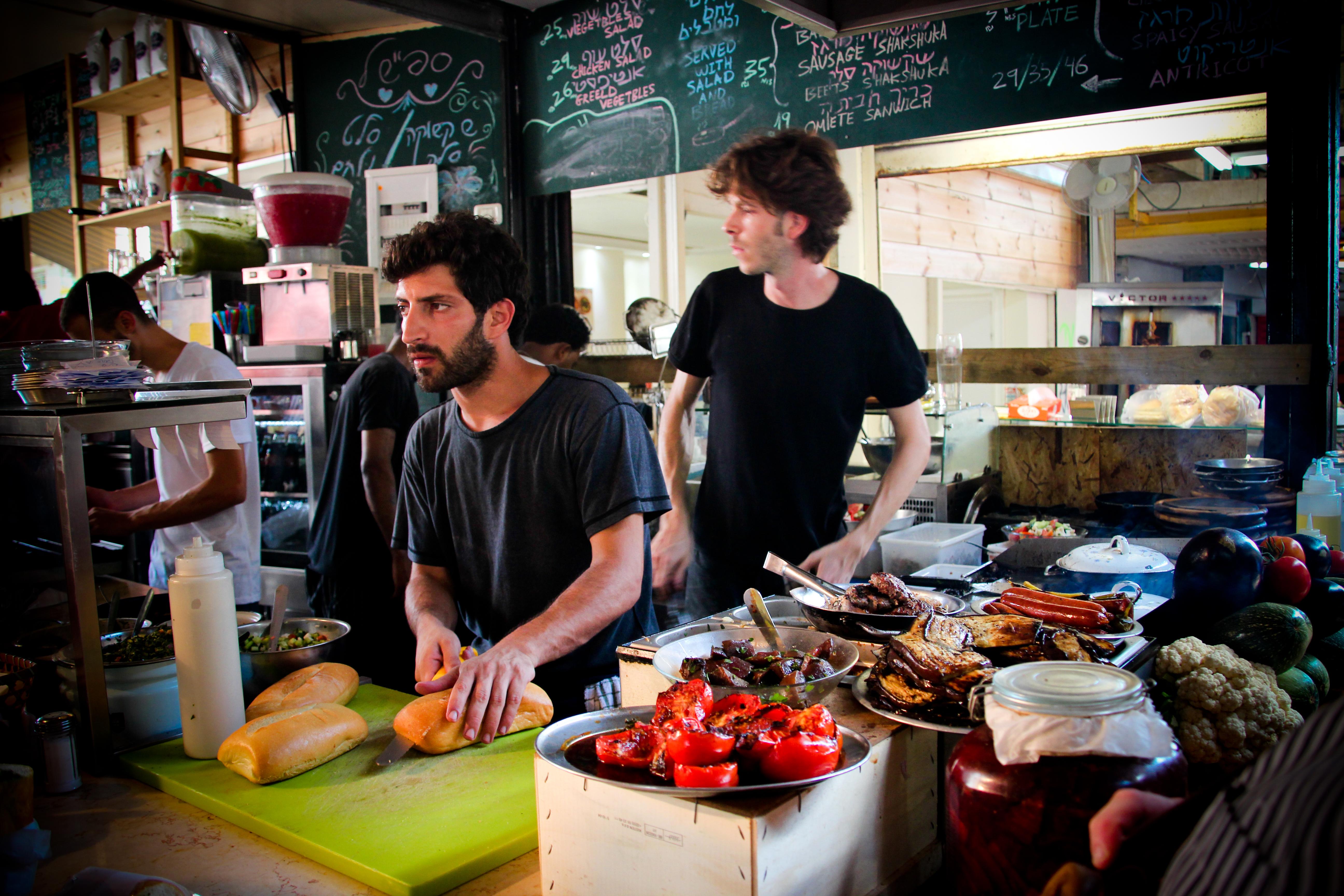 Уличная еда Тель-Авива: свежий хумус, горячие бурекас и шаварма