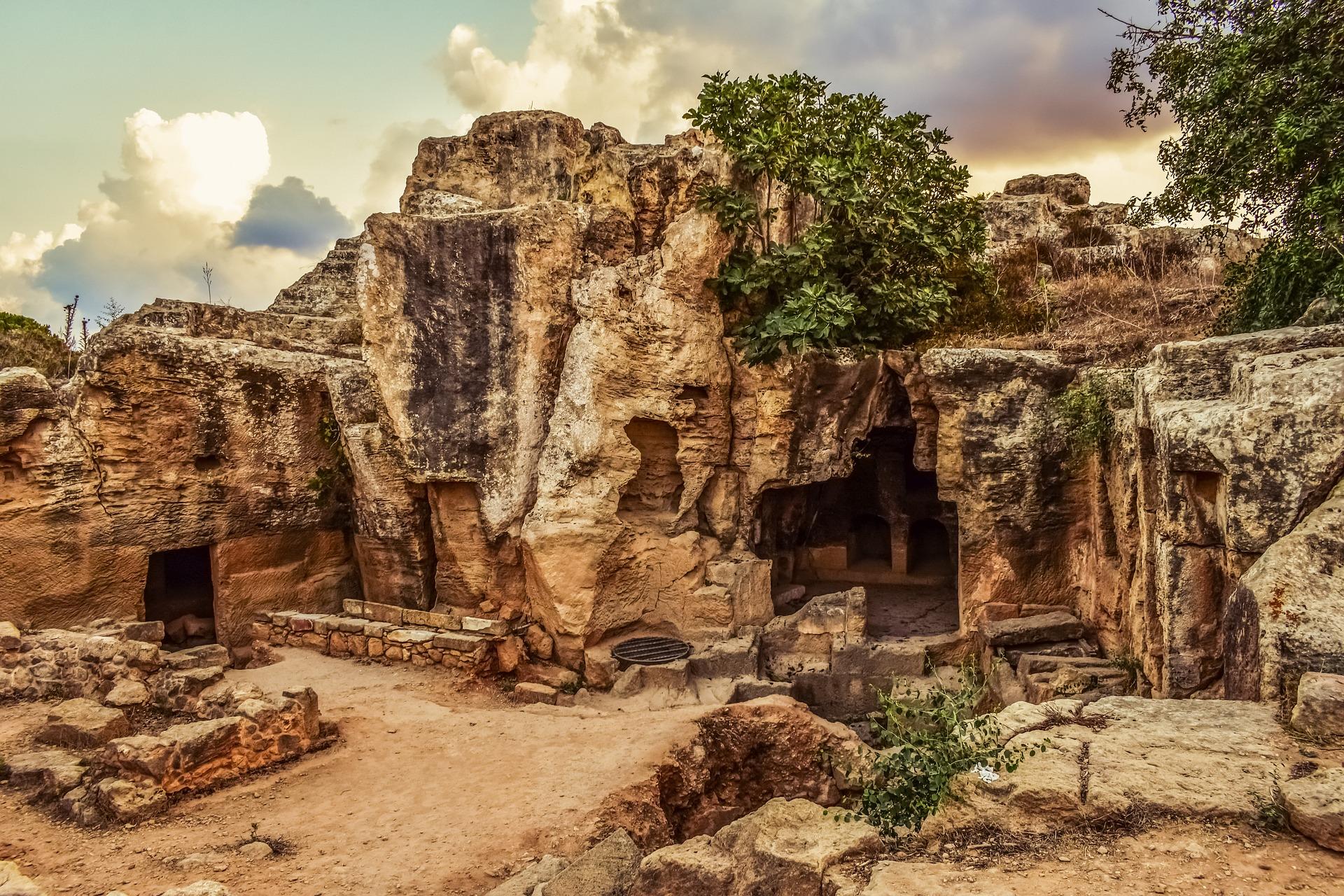 Античные развалины на фоне морских пейзажей