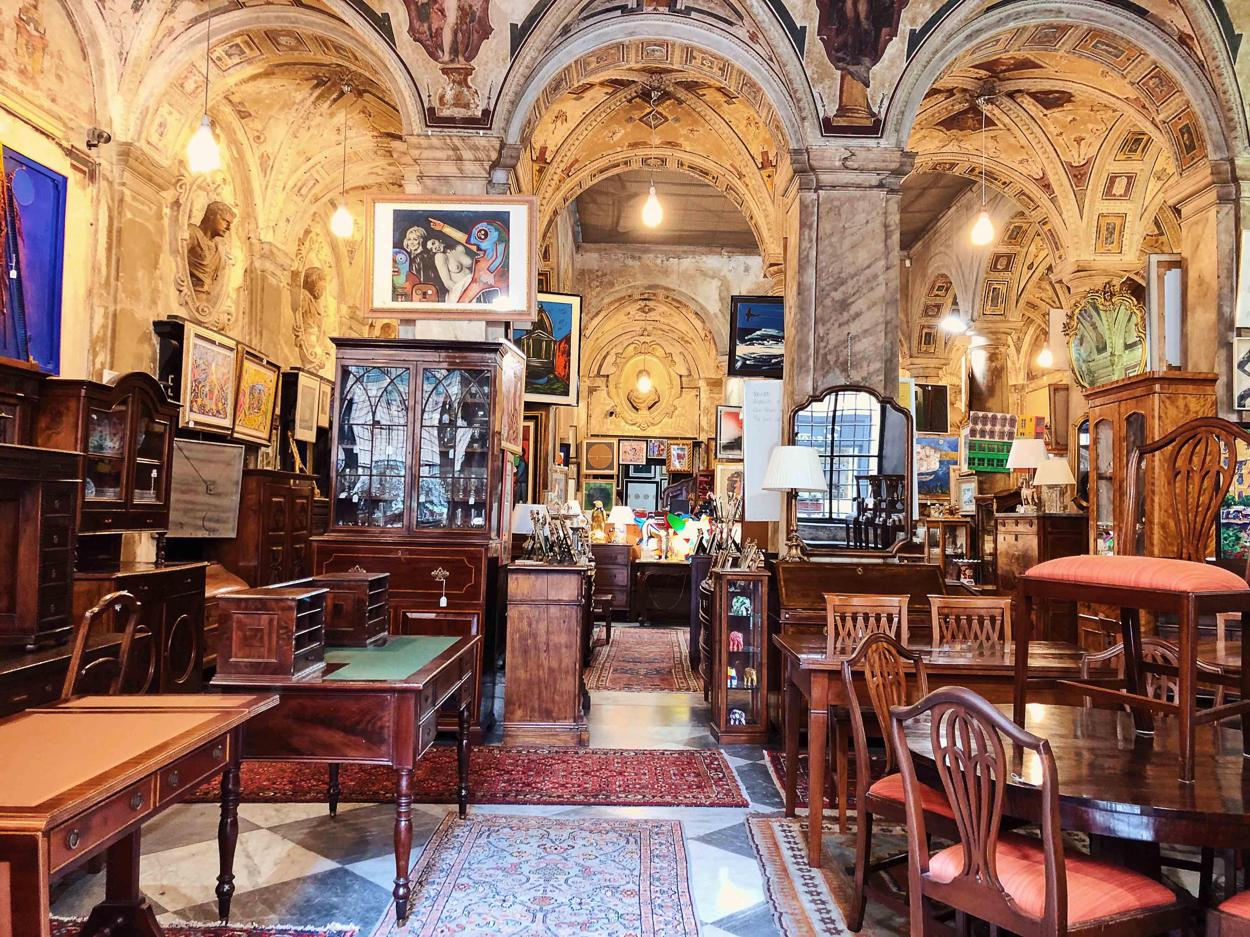Антикварный магазин Galleria Imperiale и лавка тканей Giovanni Rivara fu Luigi.