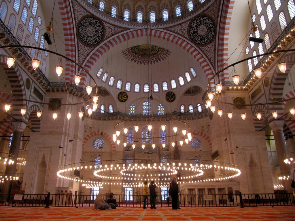 Помедитировать на коврах Голубой мечети или мечети Сулеймание