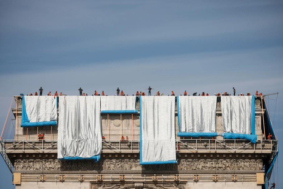 Триумфальную арку в Париже обернули в ткань