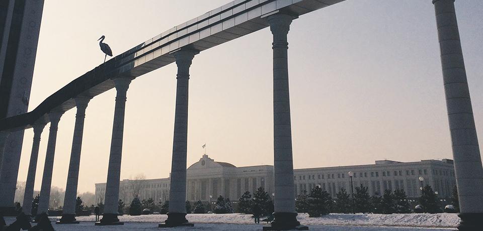 Площадь Независимости и монумент Памяти погибшим в ВОВ (Мустакилик майдони)