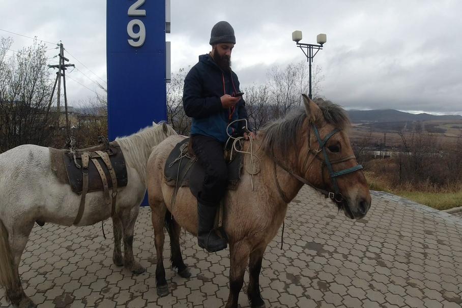Британский путешественник отправился в кругосветку на лошадях