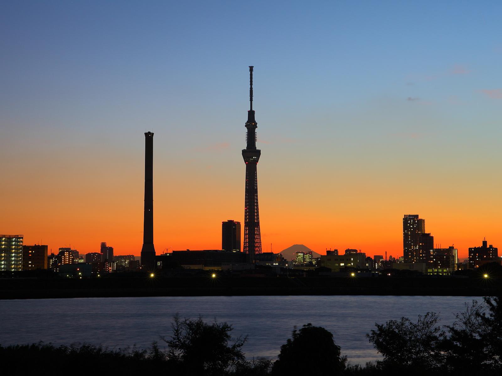 Tokyo Sky Tree и речной пароход